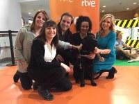 Varios periodistas junto a un perro guía