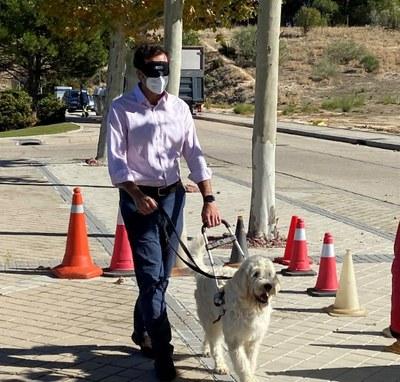 Uno de los responsables de Royal Canin realizando un recorrido con antifaz y guiado por un futuro perro guía de la Fundación