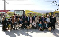 foto de familia de la presentación del convoy de metro ligero con imágenes de perros guía