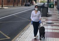 persona ciega junto a su perro guía durante la pandemia