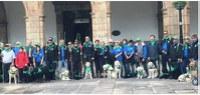 Romeros con sus perros guía en la plaza del Ayuntamiento