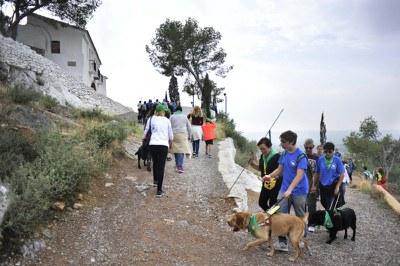 Usuarios y sus perros subiendo a la ermita de la Magdalena